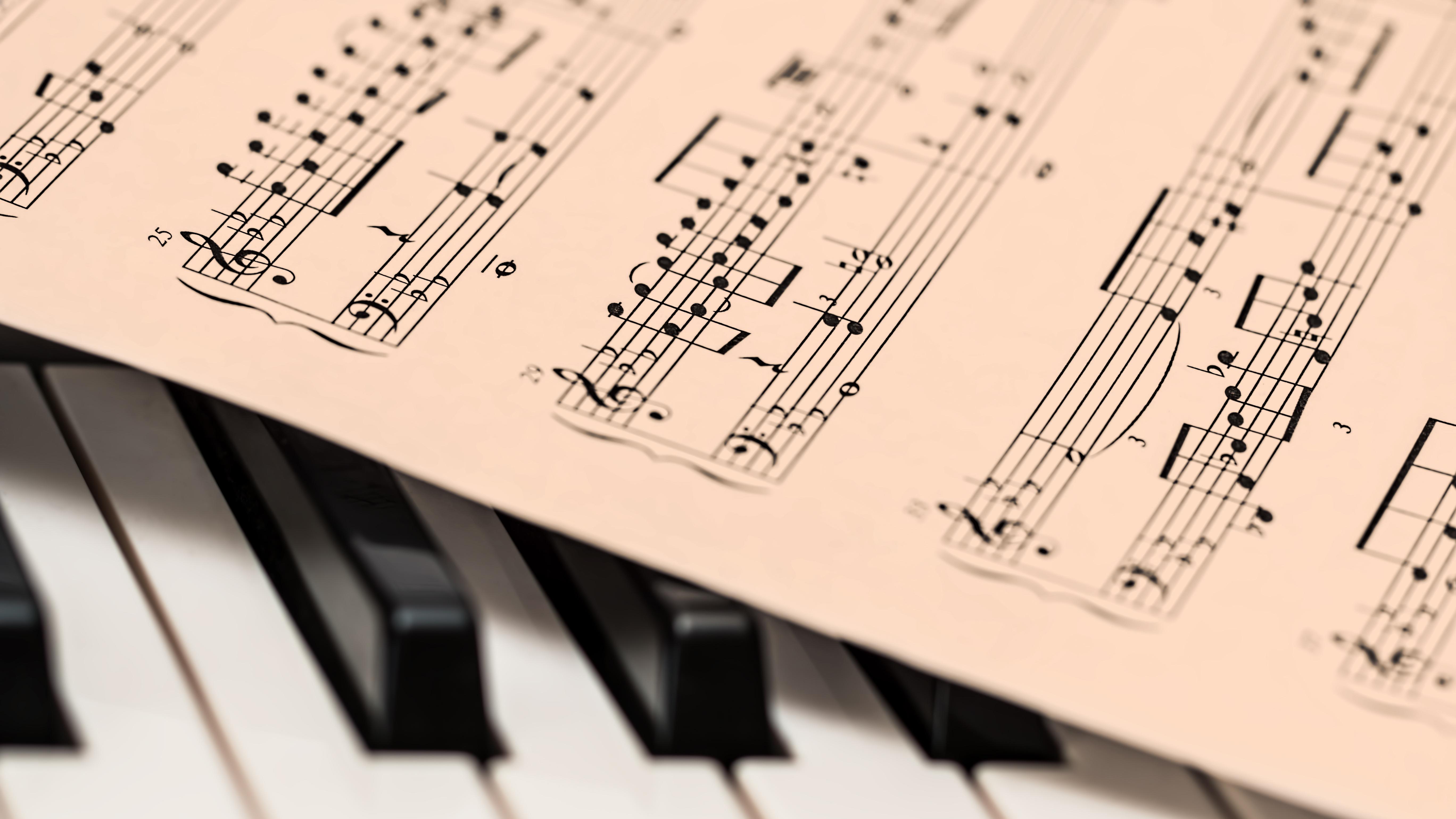 เล่นเปียโนเพลงป็อปเบื้องต้น สไตล์เต้นไปร้องไป